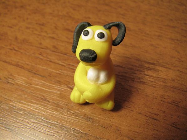 Собака из полимерной глины, пластики или пластилина стоя в полный рост. Слепить такую с детьми совсем не сложно.