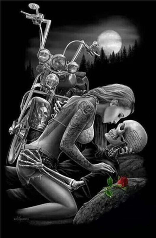 Девушка целует байкера скелета.