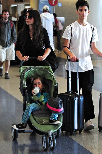 Оксана с двумя своими детьми